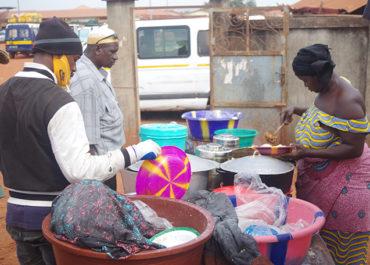 En Guinée Conakry, les vendeuses de rue en première ligne pour le bien manger