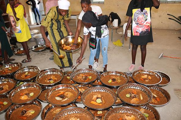 enfants en train de manger à la cantine scolaire - région de Rufisque Sénégal - Grdr 2021